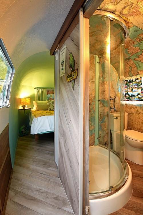 interior de un remolque que muestra la mitad de un baño y una recámara