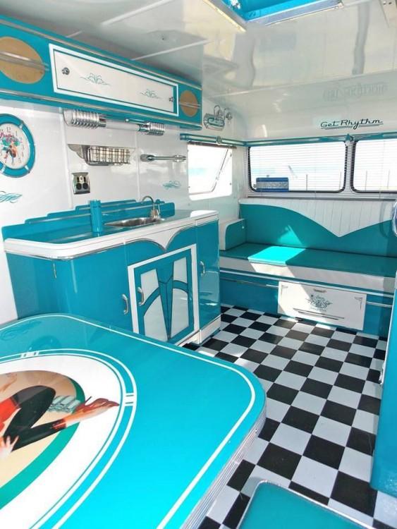 interior de un remolque azul con blanco