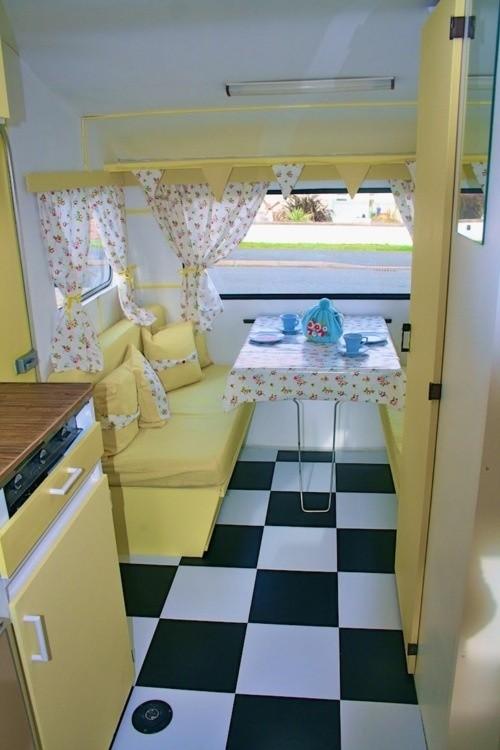interior de un remolque de color amarillo con el piso blanco y negro