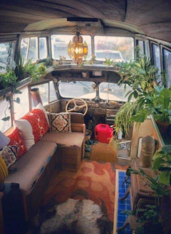 decoración tipo hippie del interior de un remolque