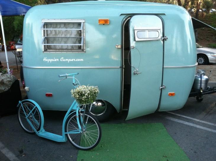 Exterior de un remolque retro en color azul con una bicicleta