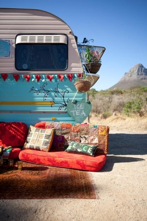 remolque con un sillón y una alfombra en su exterior