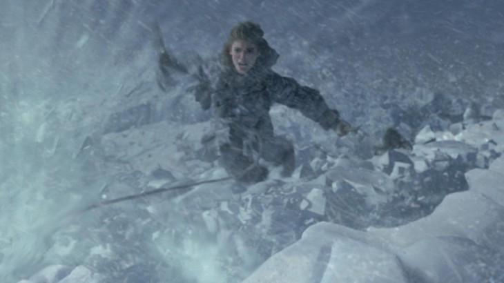 escena de game of thrones de un personaje escalando una montaña de nieve