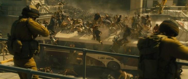 escena de la película Guerra Mundial Z donde muchas personas se caen de la parte de arriba en un camión