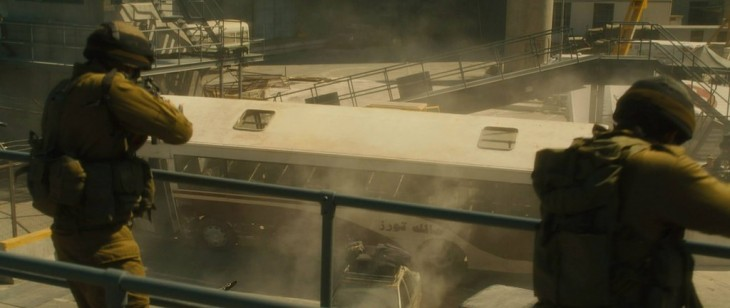 dos soldados disparando hacia un camión que esta a punto de volcarse
