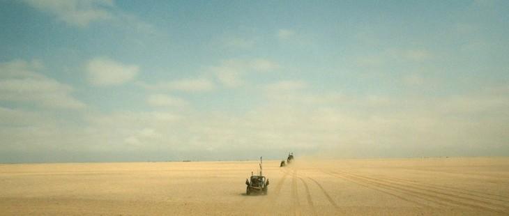 fotografía de un auto avanzando por un desierto