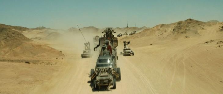 carros atravesando un desierto