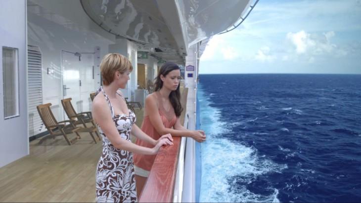escena de dos chicas platicando en un barco viendo hacia el mar de la película luna de miel mortal