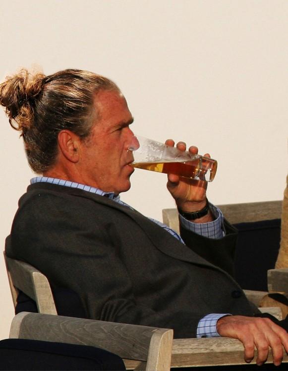 George W Bush con coleta de caballo en chongo tomando una cerveza