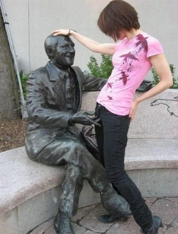 estatua que parece estar tocando las partes intimas de una chica