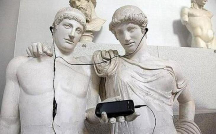 foto de unas estatuas abrazadas que parecen estar escuchando música