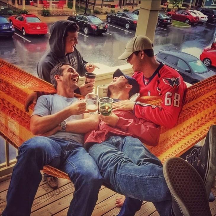 hombres tomando cafe en la tarde en isntagram
