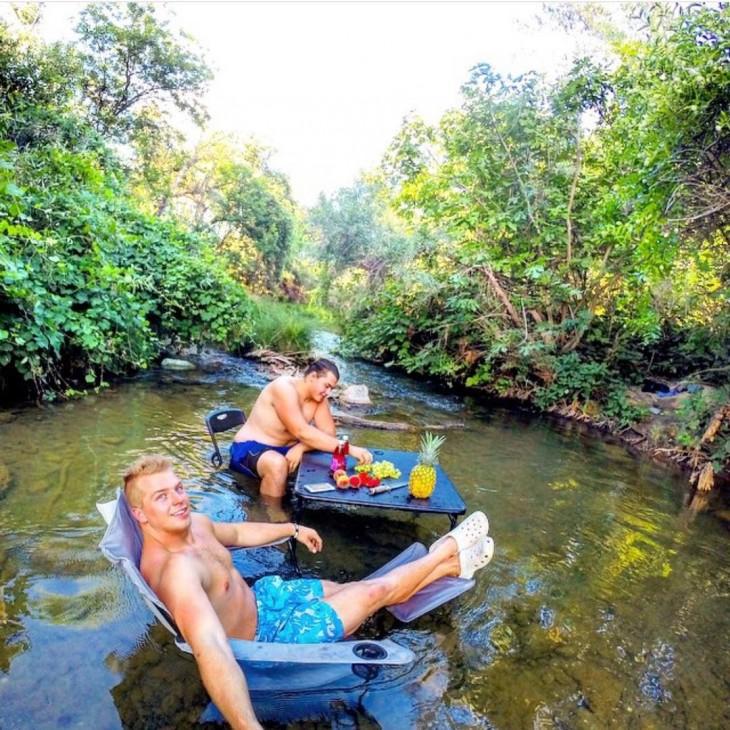 hombres disfrutando de una tarde en el río instagram