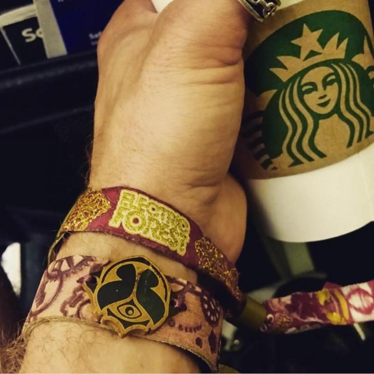 hombre presumiendo su cafe de starbucks