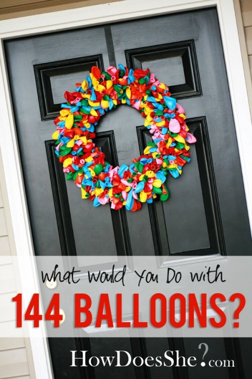 corona decorativa para puerta hecha con globos desinflados