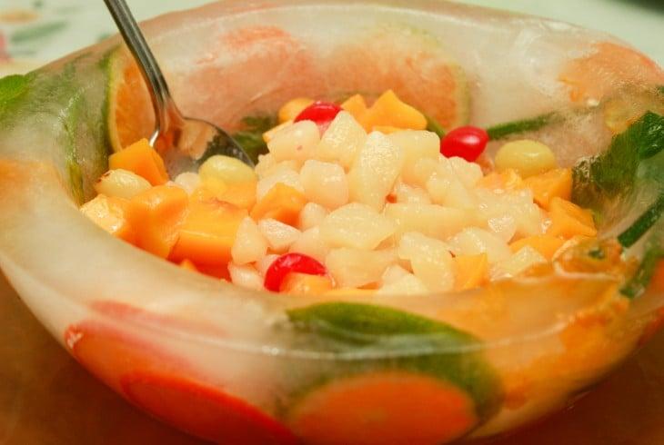 bowl de hielo con fruta dentro