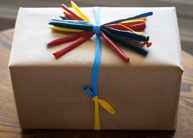 un regalo envuelto con globos de colores