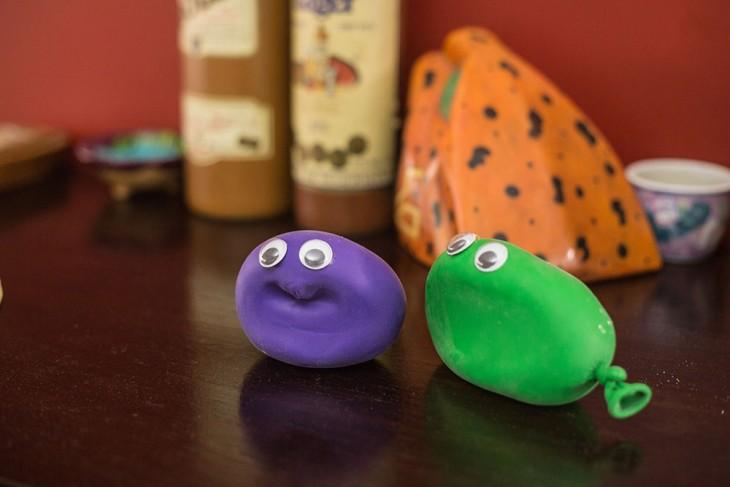 juguetes hechos con globos rellenos de harina