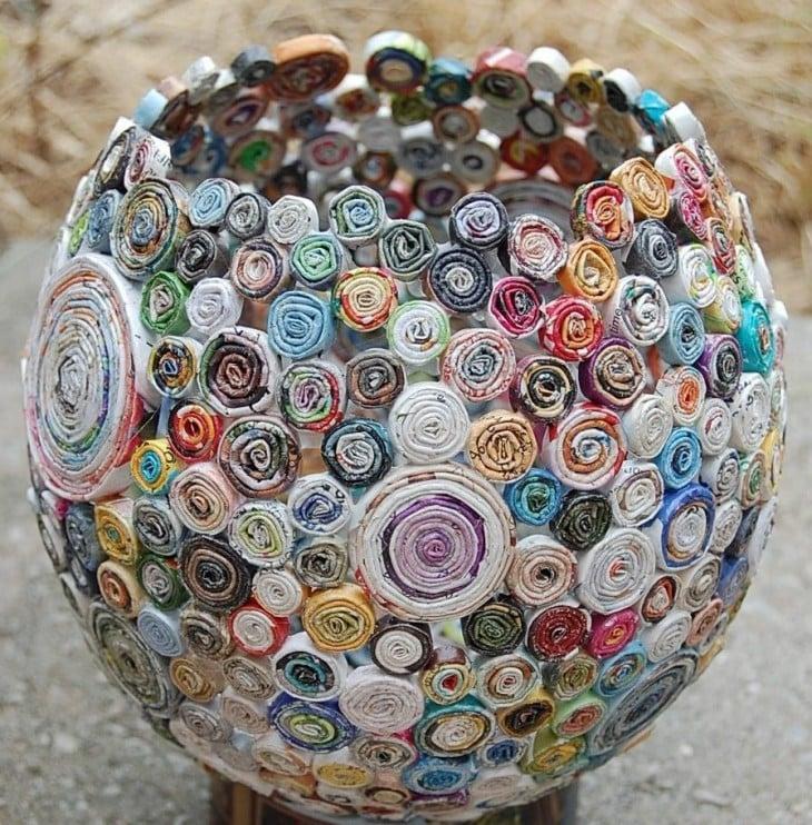 bowl hecho con hojas de revista enroscadas