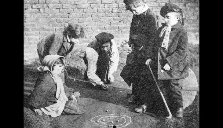 niños jugando a las canicas