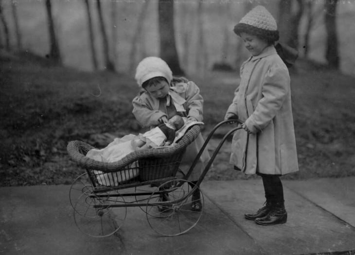 niñas paseando a sus muñecas en la carreola