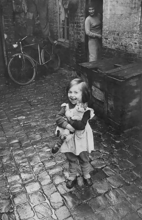 niña feliz de juigar con el gato