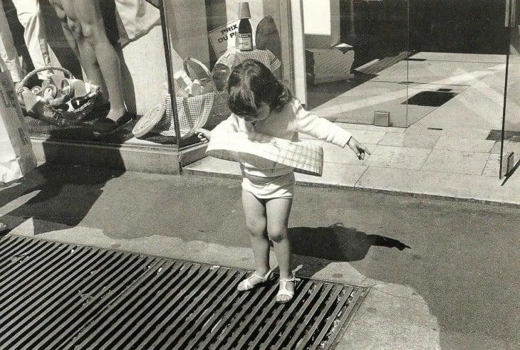 niña jugando en la alcantarilla del respirador