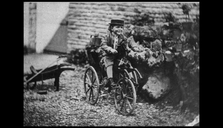niño montado en una bicicleta