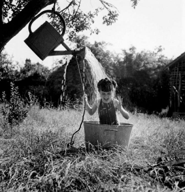 niña con una regadera inventada