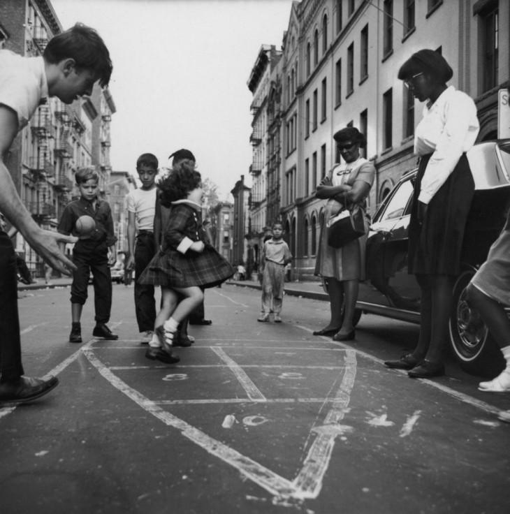 niñas jugando al bebeleche en la época de los 50