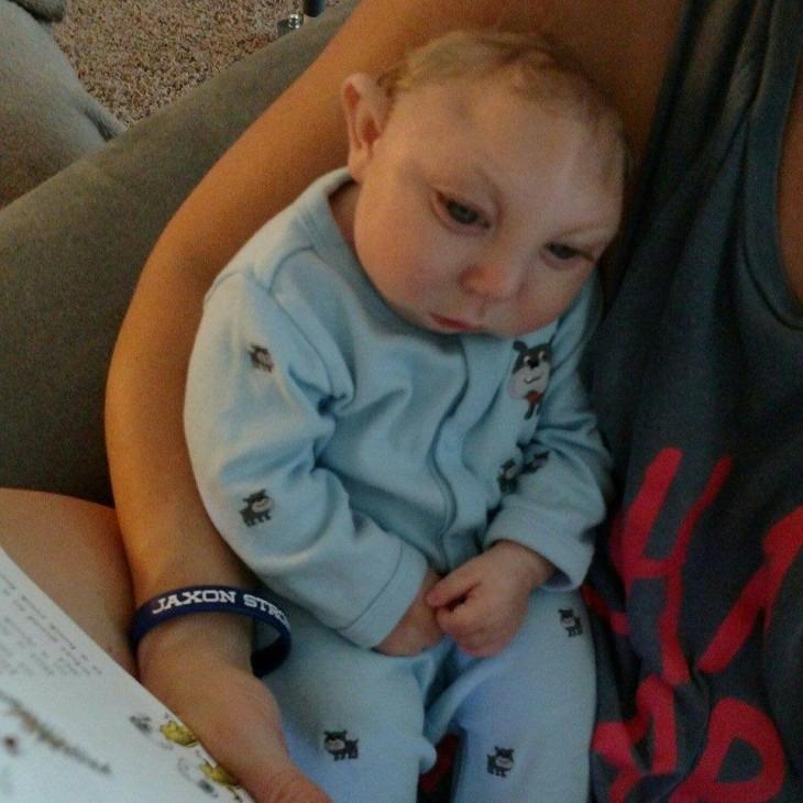 bebé recostado en el brazo de una mujer