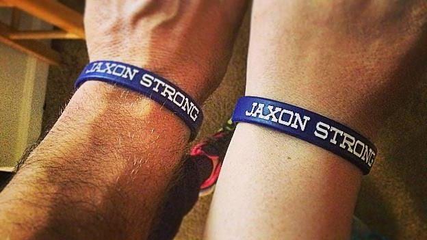 """muñecas de los padres de Jaxon con sus pulseras """"Jaxon Strong"""""""