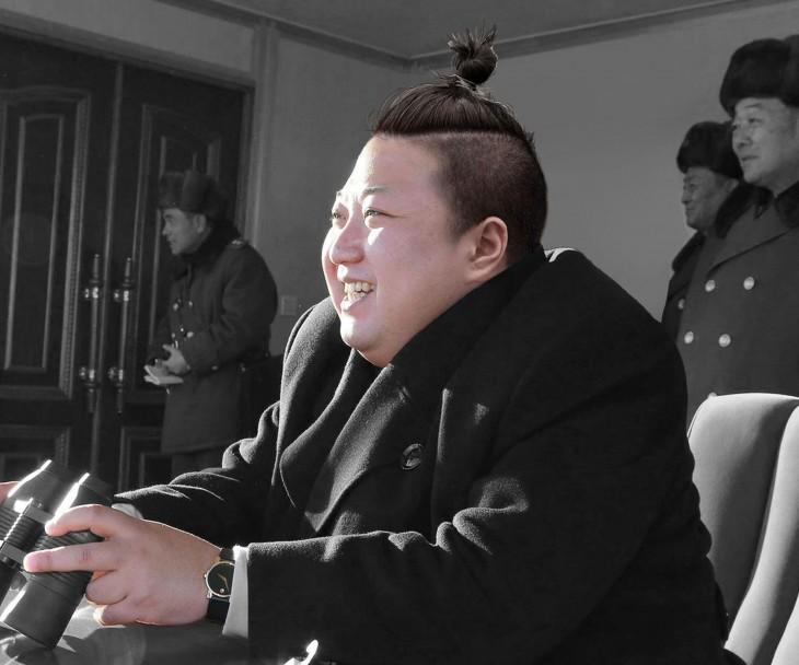Kim Jong Li con un chongo alto con cabello corto a los lados