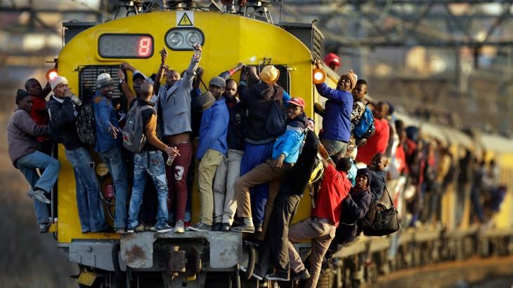 Personas arriba de un tren en Soweto, Sudáfrica