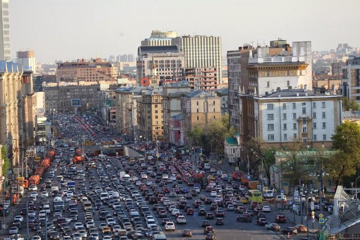 calles abarrotadas de coche en Moscú, Rusia