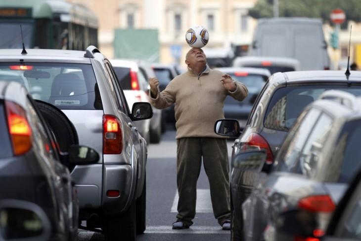 un hombre en medio del tráfico en una de las calles de Palermo, Italia