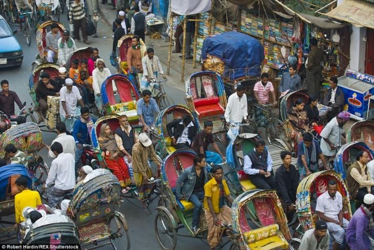 personas en un transporte público en Dhaka, Bangladesh