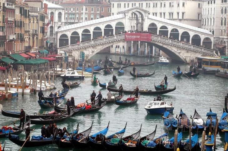 tráfico de botes en la hora pico de Venecia, Italia