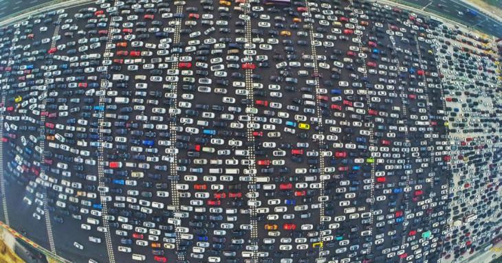 fotografía que muestra autos en la hora pico en Pekín, China
