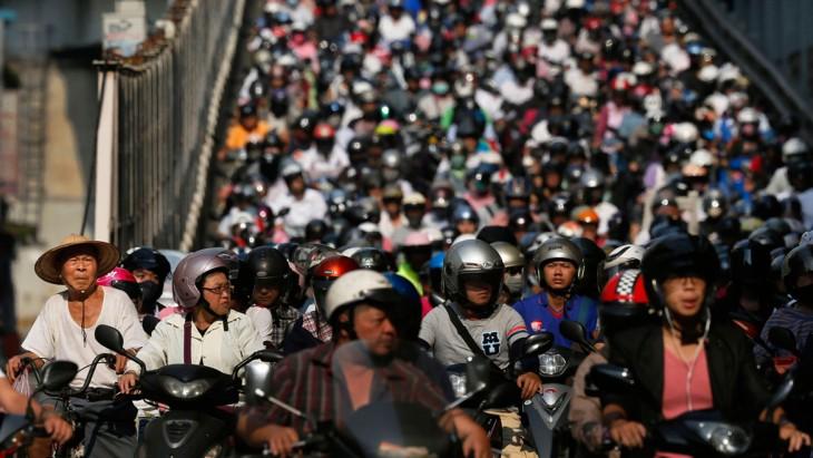 fila de motociclistas en la hora pico en Taipei, Taiwán
