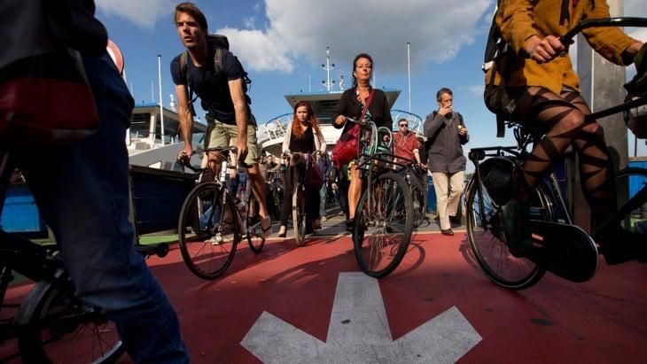 ciclistas recorriendo algunas zonas de Ámsterdam