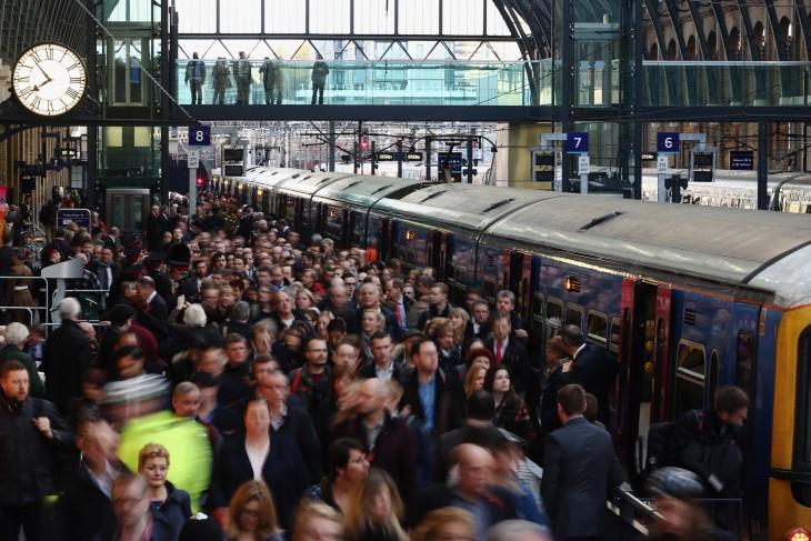 personas en un tren en Londres, Reino Unido