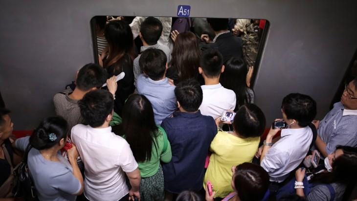 Personas a punto de subir a un transporte público en Beijing, China