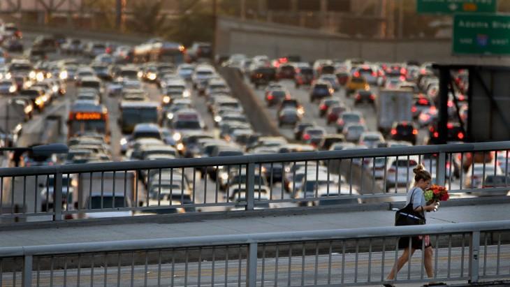 chica atravesando un puente en Los Ángeles, California