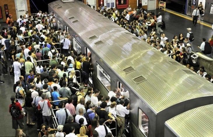 personas a punto de subir a un transporte público a la hora pico de Sao Paulo, Brasil