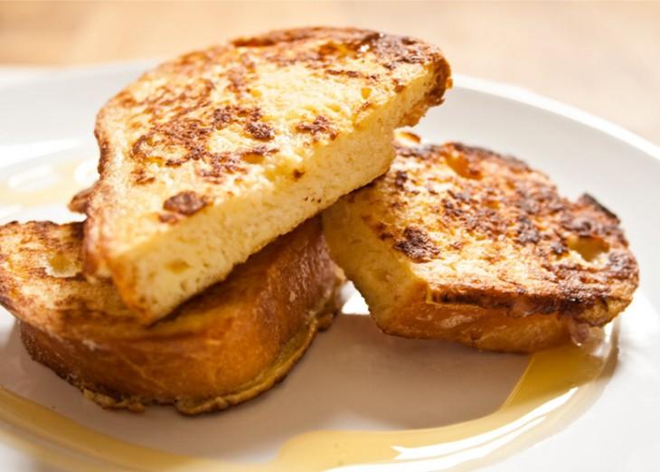 Pedazo de tostada francesa sobre un plato
