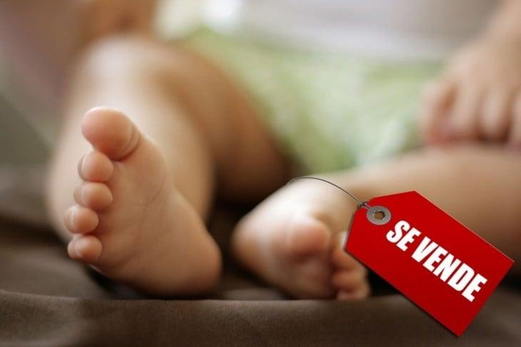 Pies de un bebé con una etiqueta de Se Vende