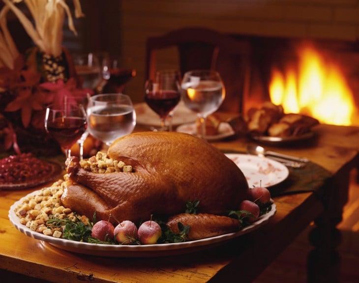 Platillo de pavo relleno en una cena navideña sobre una mesa