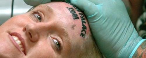 Mujer se tatuó la marca de GoldenPalace.com en la frente