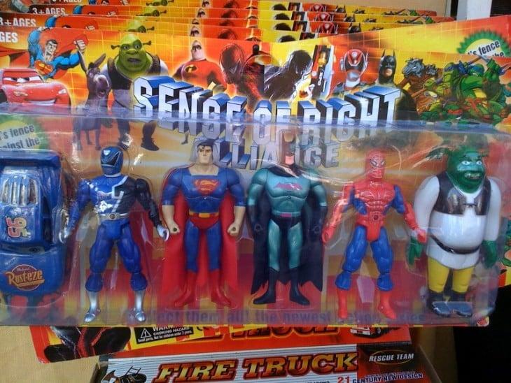 imitación de un juguete de la liga de la justicia con un poweranger, shrek y un carro